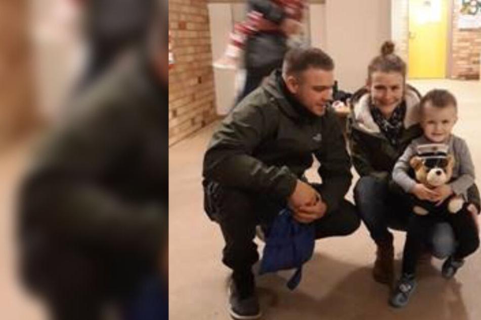Maxim zeigt mit seinen Eltern seinen Polizeiteddy.