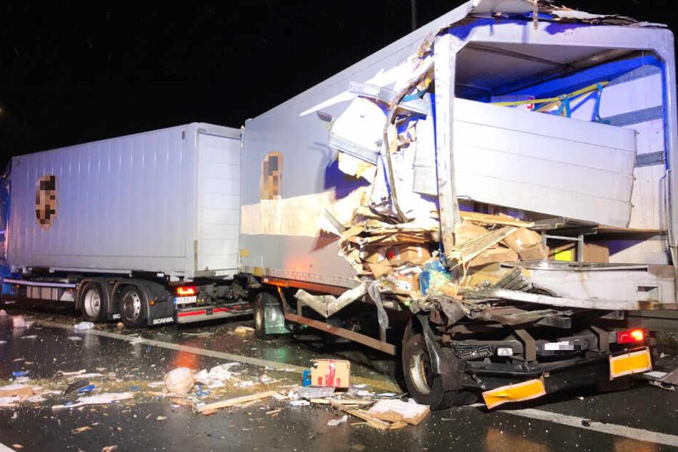 Pakete überall auf der Autobahn! Lkw-Unfall sorgt für A9-Sperrung