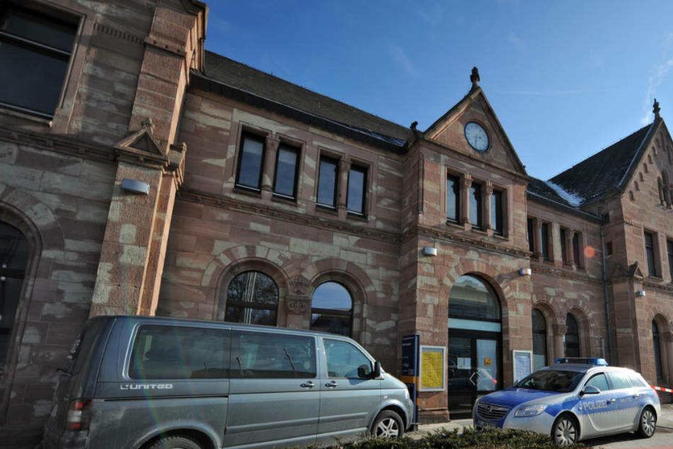 Am Bahnhof von Bad Hersfeld nahmen Polizisten dann den 27-Jährigen fest.
