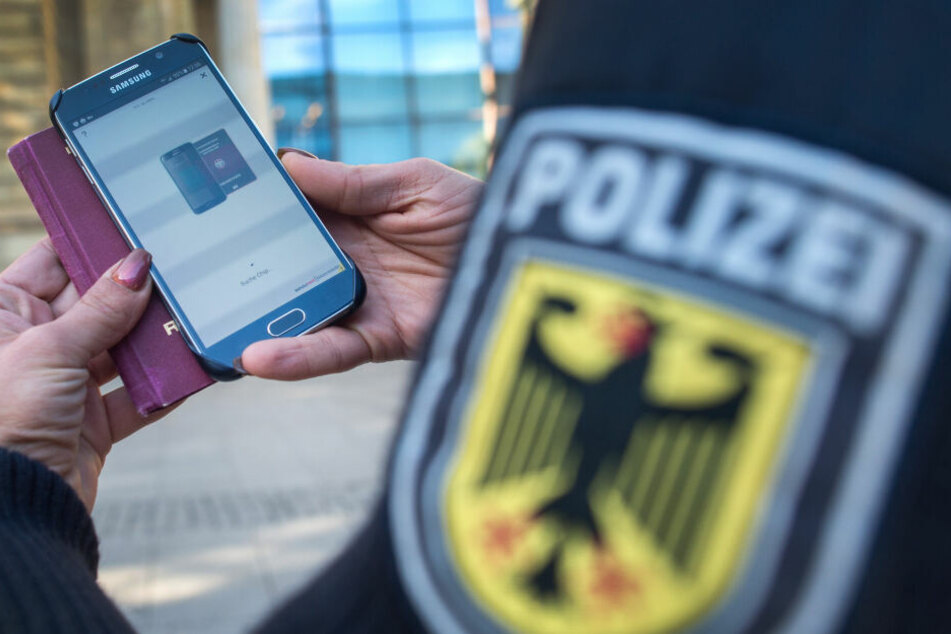 NRW-Polizisten bekommen Diensthandys