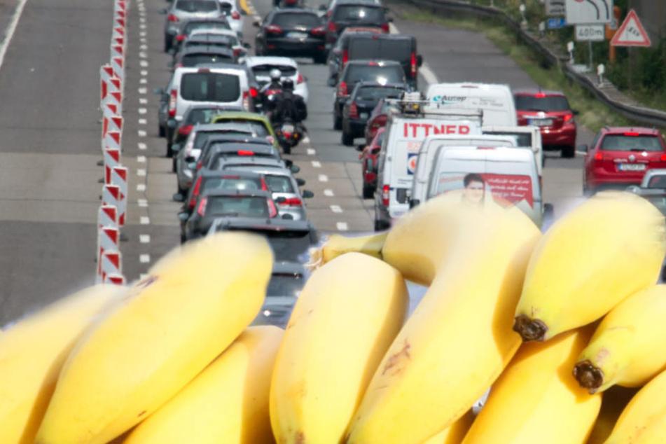Auf der Autobahn bei Schwäbisch Hall ist ein Lastwagen mit rund 22 Tonnen Bananen umgekippt. (Fotomontage)