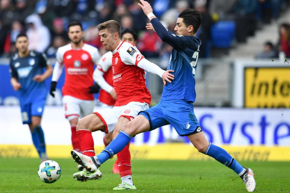 Der Mainzer Emil Berggreen (l.) und Hoffenheims Benjamin Hübner kämpfen um den Ball.