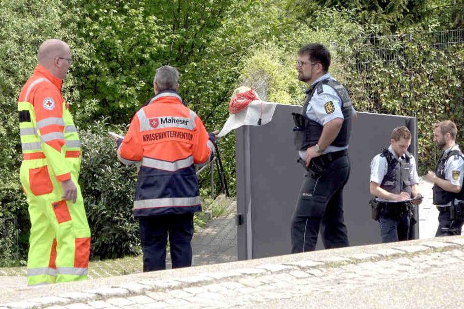 Ende Mai: Ein Mitarbeiter des Roten Kreuzes und ein Mitglied des Kriseninterventionsteams in Tiefenbronn.
