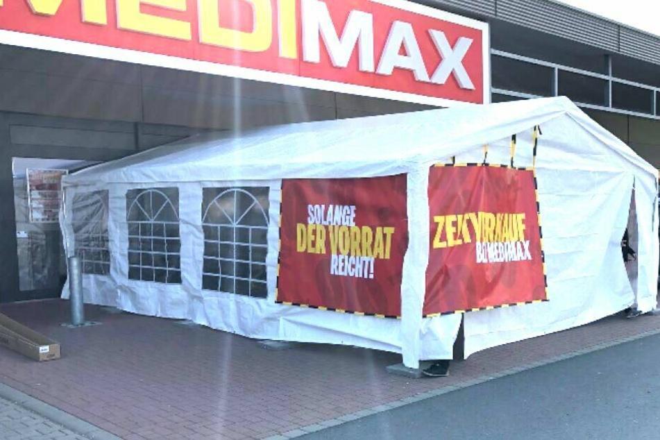 Vor dem Markt wird bis heute Abend ein Verkaufszelt mit genialen Schnäppchen aufgestellt.