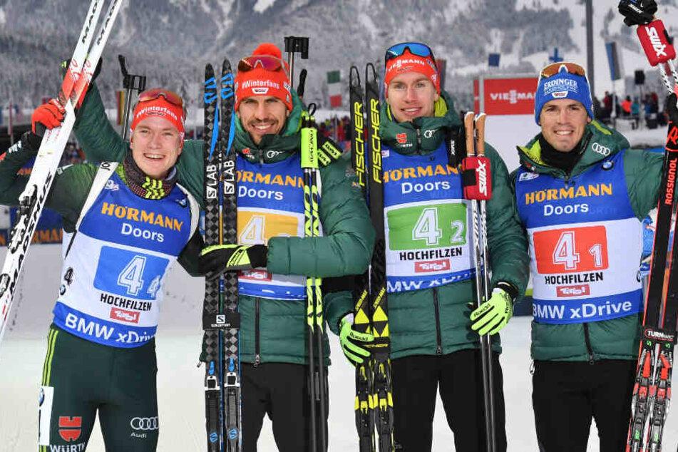 Simon Schempp (ganz rechts im Bild) wurde beim Weltcup in Hochfilzen im Dezember 2018 mit den Staffel-Kollegen Benedikt Doll, Arnd Peiffer und Johannes Kühn (von links nach rechts) Dritter.