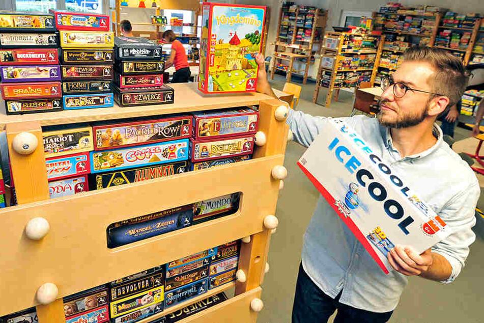 Im Chemnitzer SPIELEmuseum hat rund 2500 Spiele auf Lager. Mitarbeiter David Lippmann (37) sortiert die neuen Regale ein.