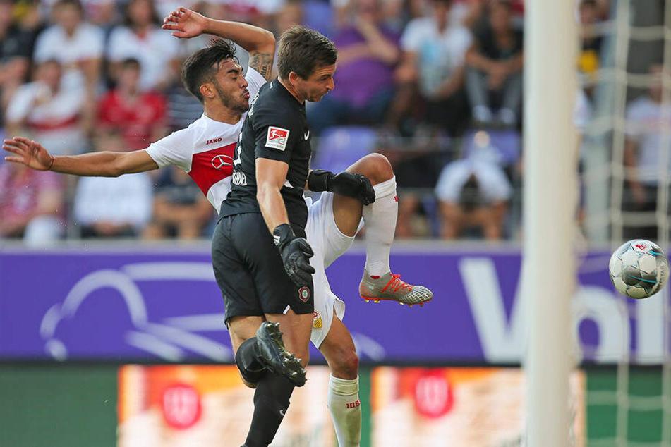 """Den Ball """"vorbeigeguckt"""". Martin Männel (v.) überstand auch diese Szene mit Nicolas Gonzalez problemlos."""