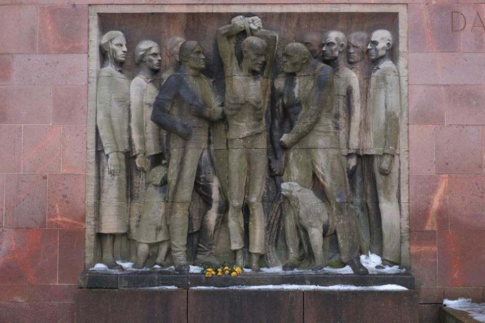 Die Figuren des Mahnmals im Park der Opfer des Faschismus haben Risse.