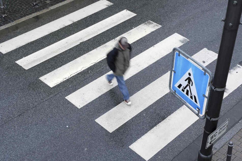 Der Fußgänger war beim Überqueren eines Zebrastreifens angefahren worden. (Symbolbild)