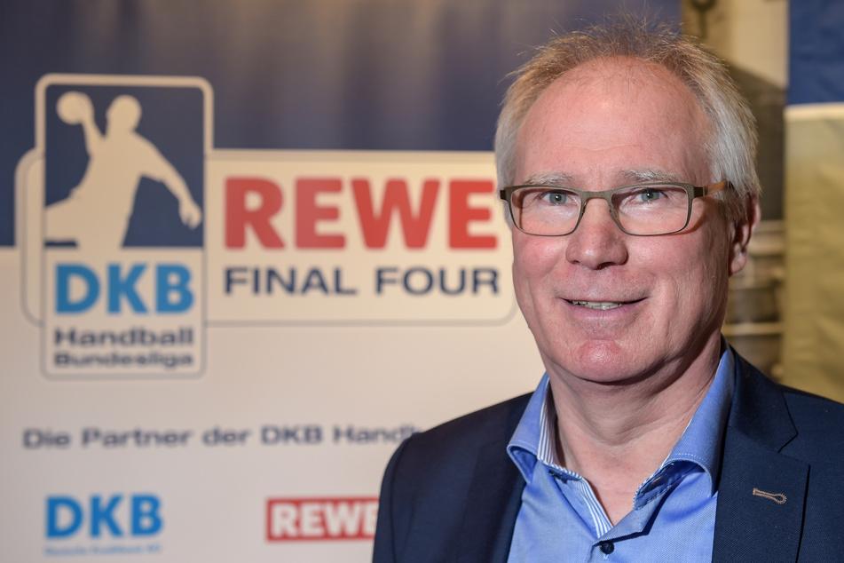 Uwe Schwenker, Präsident des Ligaverbandes der Handball-Bundesliga schaut nach der Pressekonferenz zum Final-Four-Turnier um den DHB-Pokal in die Kamera des Fotografen.