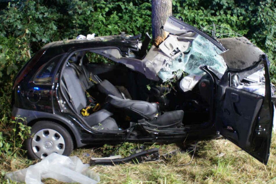 Das Auto wurde bei dem Unfall völlig zerstört.