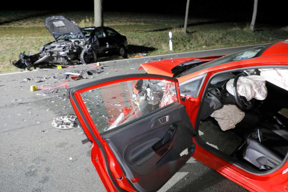 Der rote Ford war wohl auf die Gegenfahrbahn geraten und mit dem VW kollidiert.