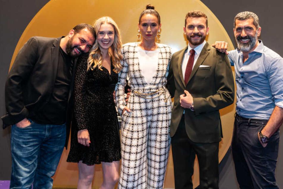 """Das Foto zeigt die """"Skylines""""-Schauspieler Sahin Eryilmaz (l-r), Anna Herrmann, Peri Baumeister, Edin Hasanovic und Erdal Yildiz bei der Premiere der Netflix-Serie im September."""