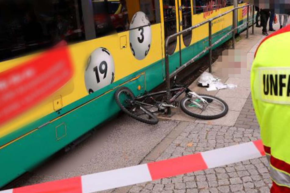 Das deformierte Fahrrad des 12-jährigen Unfallopfers liegt neben der Straßenbahn.