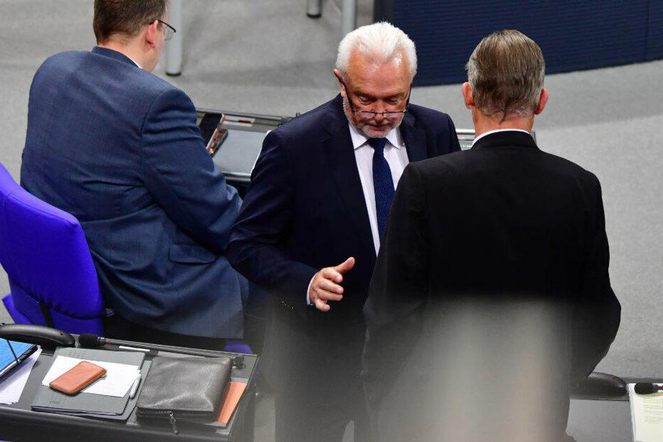 Jörg Kubicki (FDP), Vizepräsident des Bundestages, unterhält sich nach einer namentlichen Abstimmung während einer Unterbrechung der Bundestagssitzung.