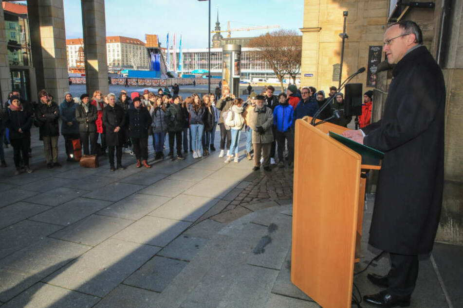 Finanzbürgermeister Peter Lames (55, SPD) und Dutzende Gäste gedachten an der Kreuzkirche den Opfern des Nationalsozialismus.