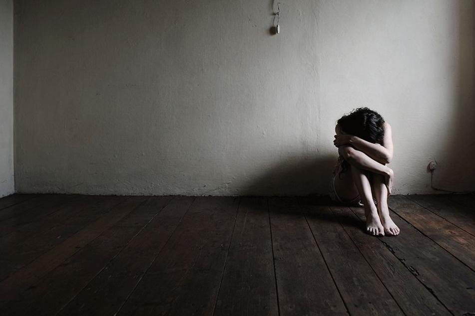Mutter hilft ihrem Sohn, ein Mädchen (14) gemeinsam mit drei anderen zu vergewaltigen