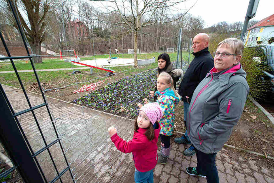 Vom Spielplatz ausgesperrt: Mia (4, v.l.), Shirin (8), Angelina (12), Markus Soltau (45) und Ingrid Börner (65) ärgern sich.