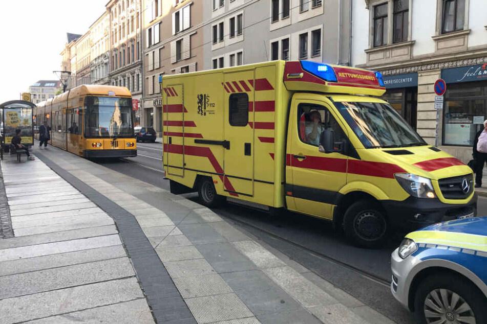 Zwei Männer gehen an Haltestelle aufeinander los: Polizei muss anrücken!