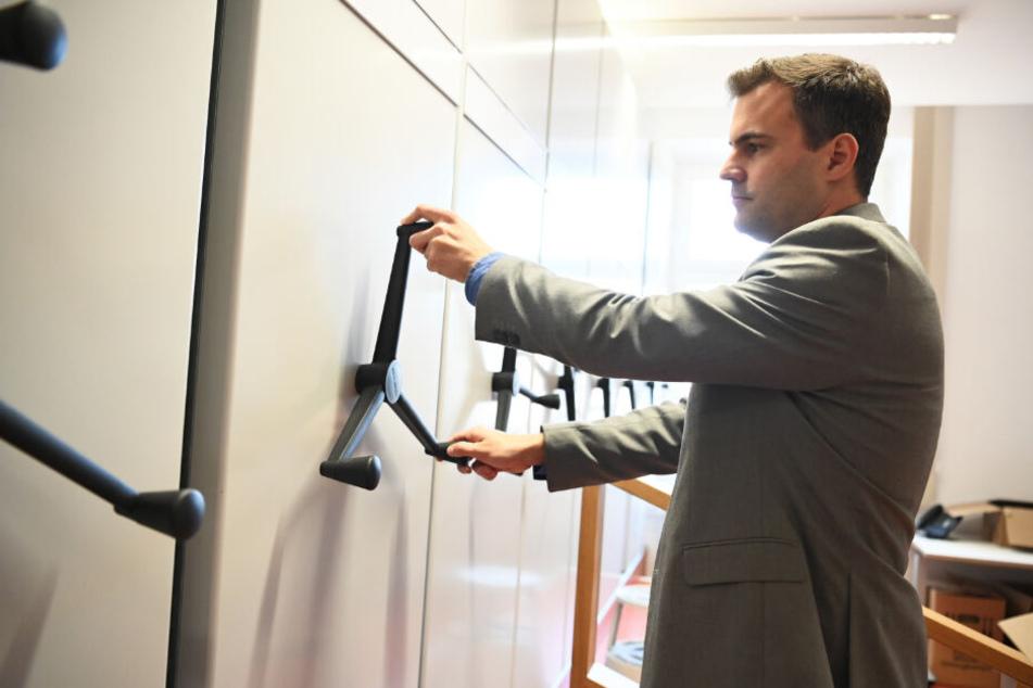 Oberstaatsanwalt Christian Schorr betätigt eine Tür des Registers in der Zentralstelle.