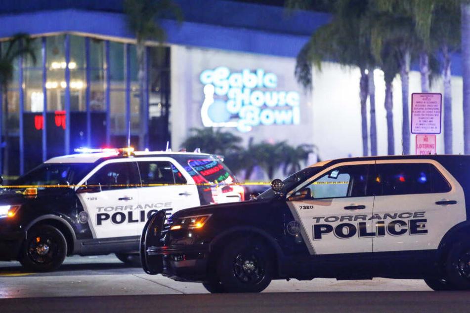 Zwei Polizeifahrzeuge sichern einen Tatort (Symbolbild).