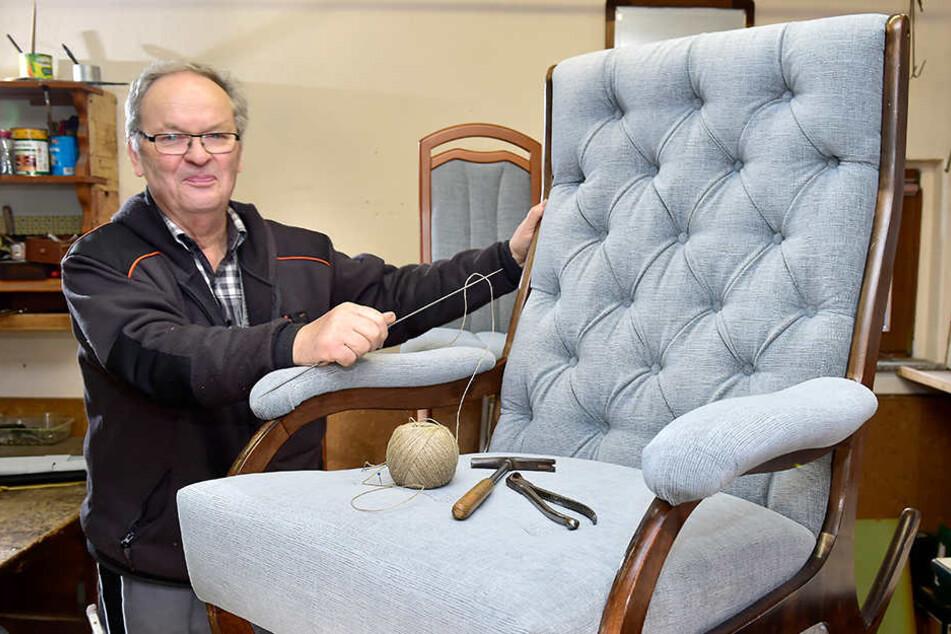 Der Innenausstatter und Polsterer Helmut Züfle steht noch immer gern in seiner Werkstatt.