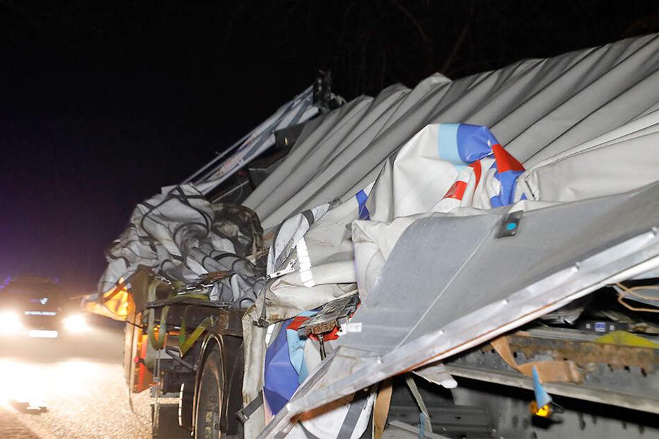 Heftiger Crash auf Landstraße: Laster kommt von Fahrbahn ab und streift Baum