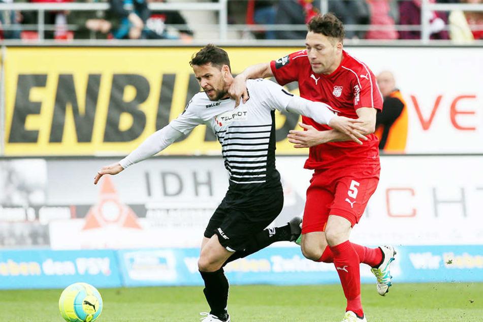Aykut Öztürk (l.) übersprintet den Aalener Sascha Traut. Öztürk kam 2015 nach Zwickau, jetzt hat seinen Vertrag bei den Westsachsen bis 2018 verlängert.