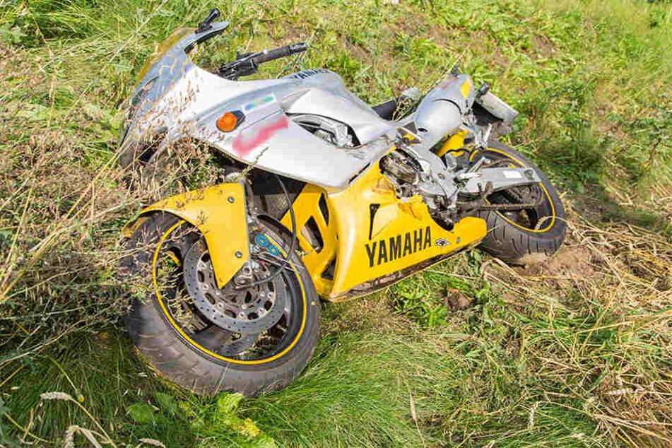 Die Yamaha schleuderte mehrere hundert Meter über die Straße und  blieb im Graben liegen.