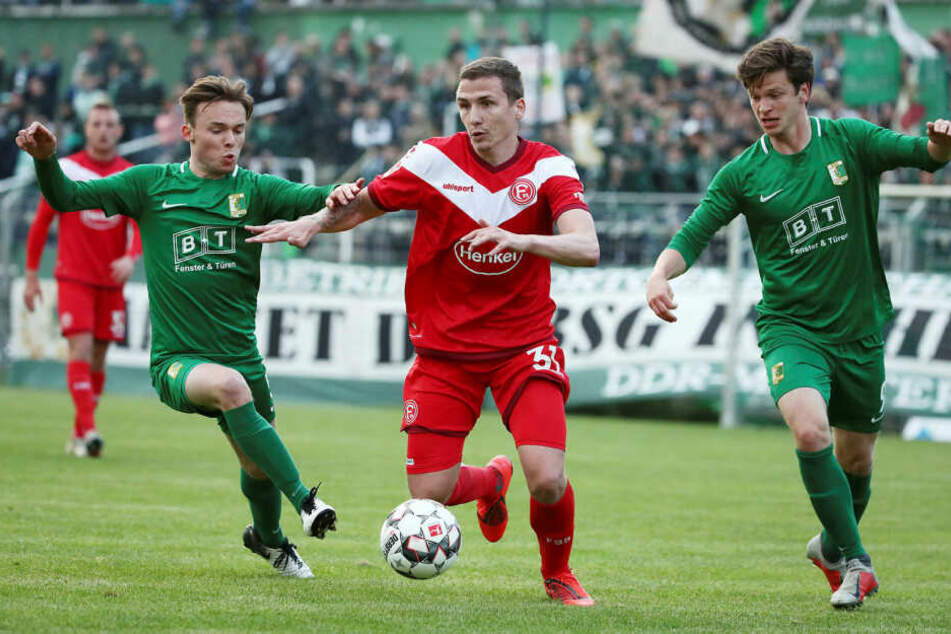 Chemie Leipzig spielte gegen Bundesligist Fortuna Düsseldorf im Benefizkick 1:1-Unentschieden. Im Bild v.l.n.r.: Niklas Opolka, Marcel Sobottka und Eric Berger.