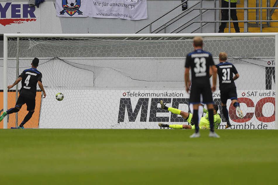 Massih Wassey (l.) verwandelt einen Foul-Elfmeter sicher zum 1:0.