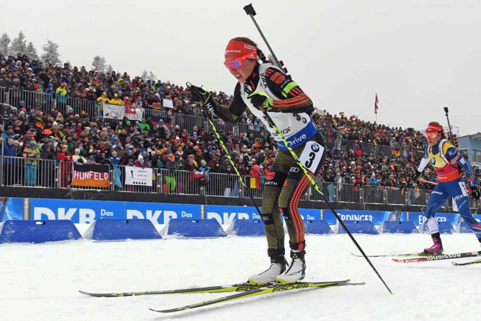 Die Strecken in der mit Zuschauern voll besetzten Ski-Arena Oberhof kennt Laura Dahlmeier nur zu gut.