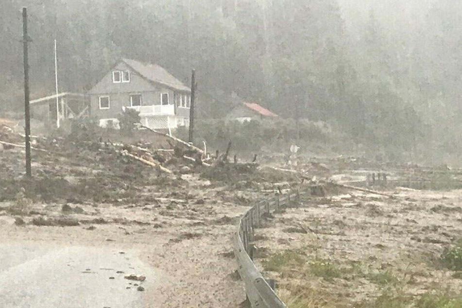 Heftiger Regen legt Gemeinden lahm! Erdmassen schneiden Häuser von Außenwelt ab, Mann vermisst