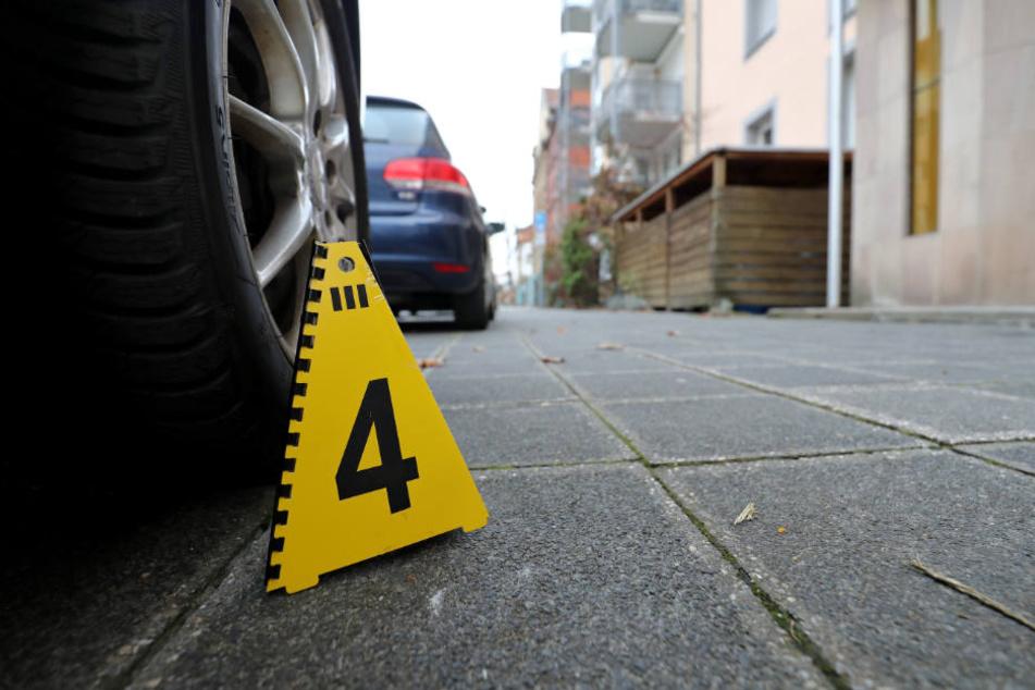 An einem der Tatorte steht noch eine Markierung der Polizei.
