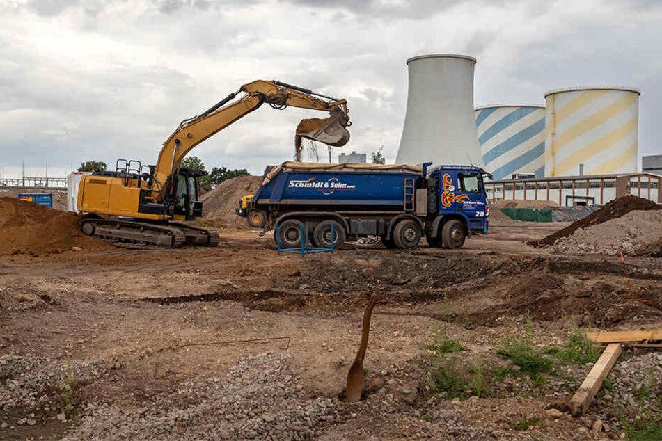 Bagger tragen derzeit das Fundament des alten Kohlekraftwerks ab.