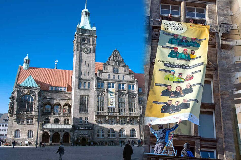 Das große Banner mit 15 Olympiateilnehmern aus der Region hängt nun am Chemnitzer Rathaus.