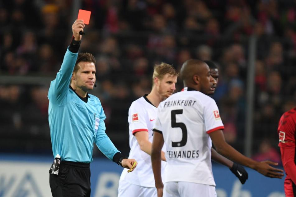 Bitter für die Eintracht: Schiedsrichter Felix Brych (Li.) zeigte Gelson Fernandes (v. Mi.) die Gelb-Rote Karte.