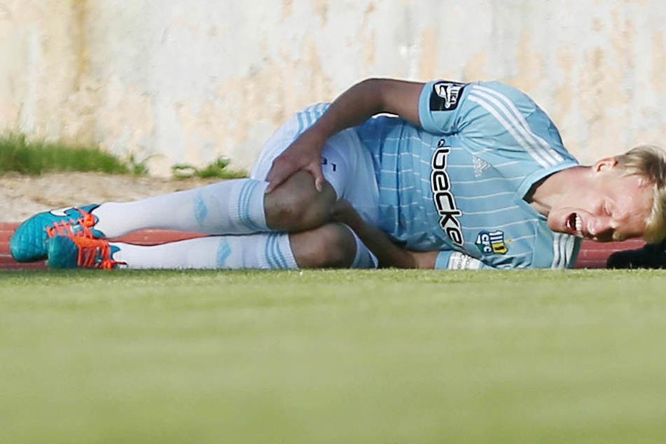 30. Juni 2015: Tom Scheffel liegt im Testspiel gegen Neustrelitz mit schmerzverzerrtem Gesicht am Boden. Die bittere Diagnose lautete Kreuzbandriss.