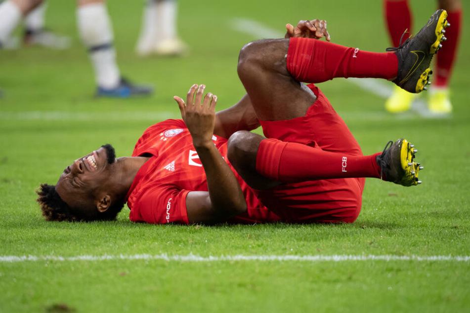 Kingsley Coman von München liegt nach einem Foul im Spiel gegen Tottenham Hotspur auf dem Rasen.