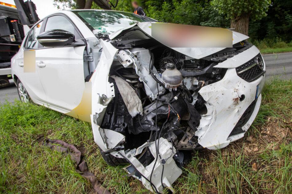 In Plauen ist die Fahrerin eines Lieferdienstes gegen einen Baum gekracht. Der Opel wurde dabei schwer beschädigt.