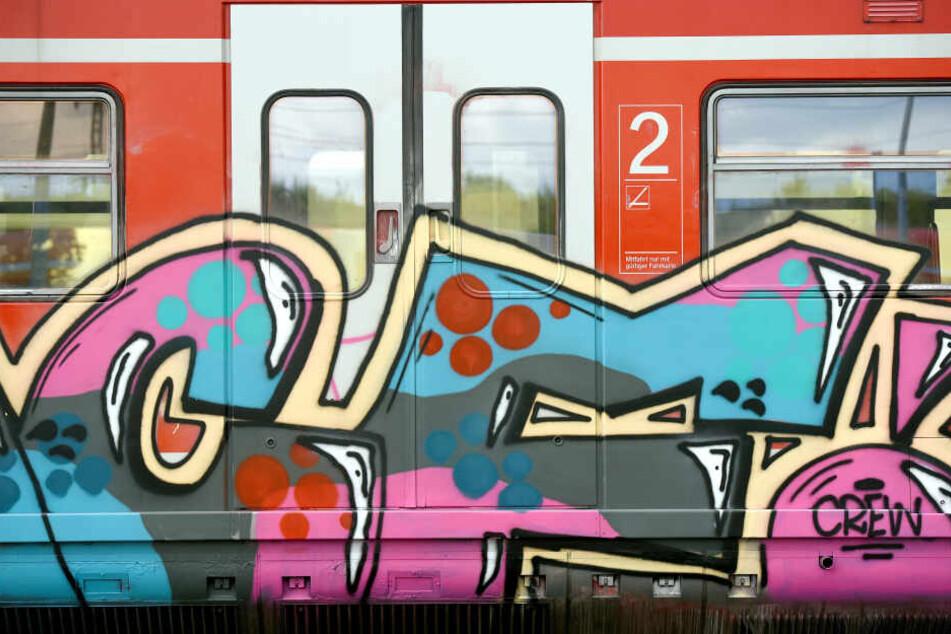 Graffiti-Schmierereien auf einem Zug.