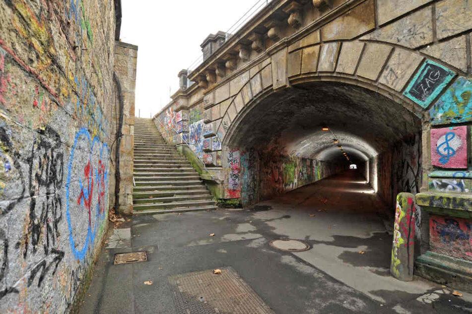 Von Juli 2020 bis April 2021 sollen Rampe, Treppe und Mauer erneuert werden. Der Tunnel selbst soll erst danach saniert werden.
