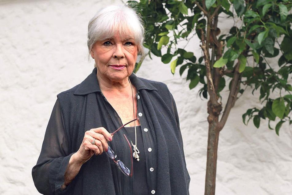 Annekathrin Bürger (79) im Garten  ihres Hauses in Köpenick: Im Frühsommer will sie hier ihren 80. Geburtstag  nachfeiern.