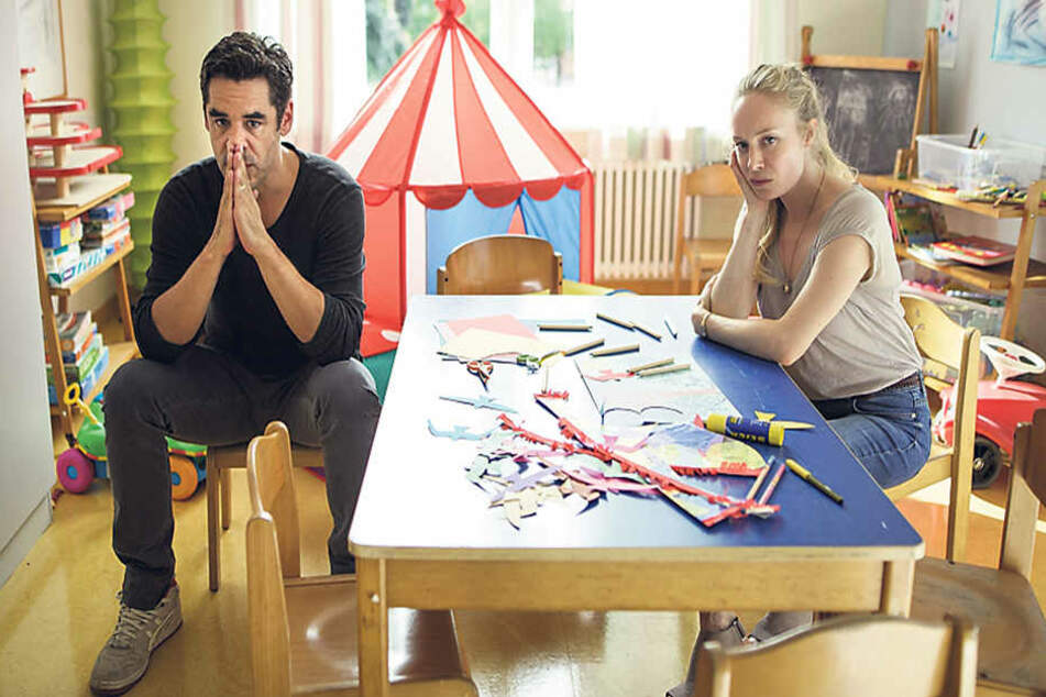 Schock für die (falschen) Eltern: Sabine Hellmann (Katharina Heyer) und ihr Mann Robert (Tobias Oertel) warten im  Krankenhaus auf eine Nachricht des Entführers ihres Sohnes.