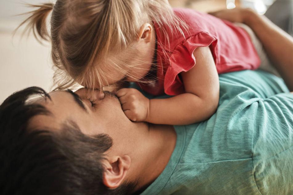 Viele Mütter und Väter nehmen in den ersten Lebensjahren ihrer Kinder Elternzeit und verzichten dafür auf Einkommen. Speziell für den Zeitraum, in dem beide Eltern zur gleichen Zeit daheim bleiben, lohnt es sich zu prüfen, ob Anspruch auf Wohngeld besteht