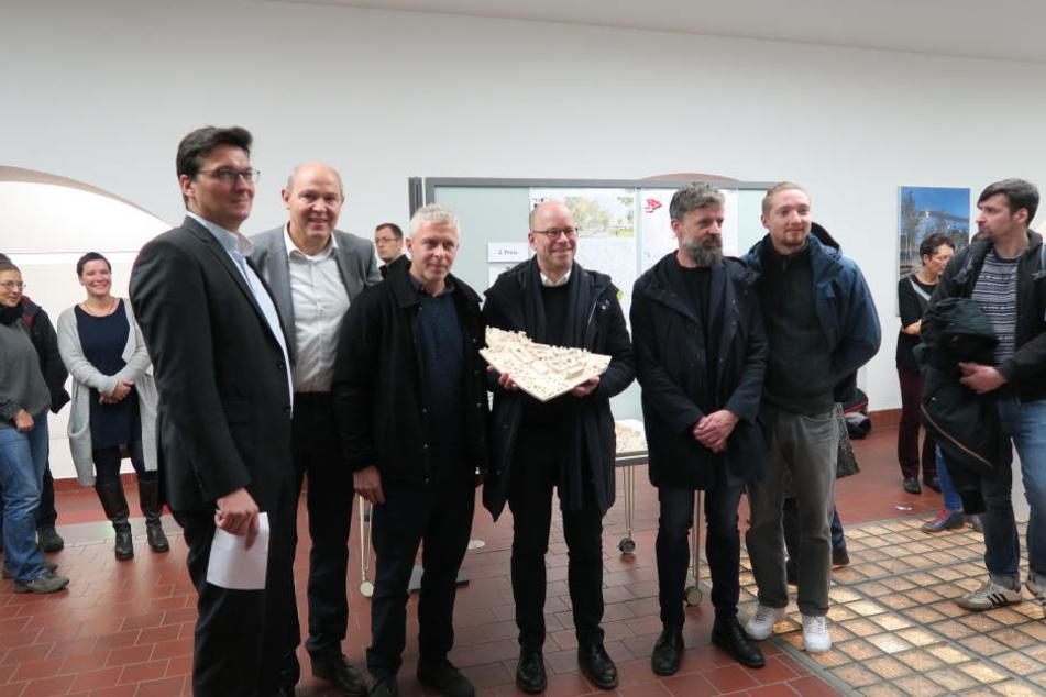 Die Sieger des Ideenwettbewerbs mit ihrem Entwurf.