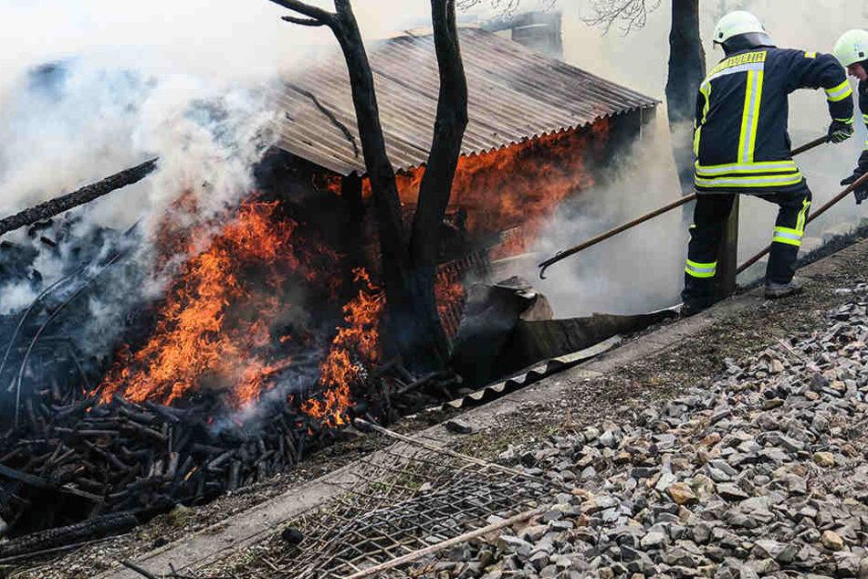 Verheerender Schuppenbrand legt Bahnstrecke in Sachsen lahm