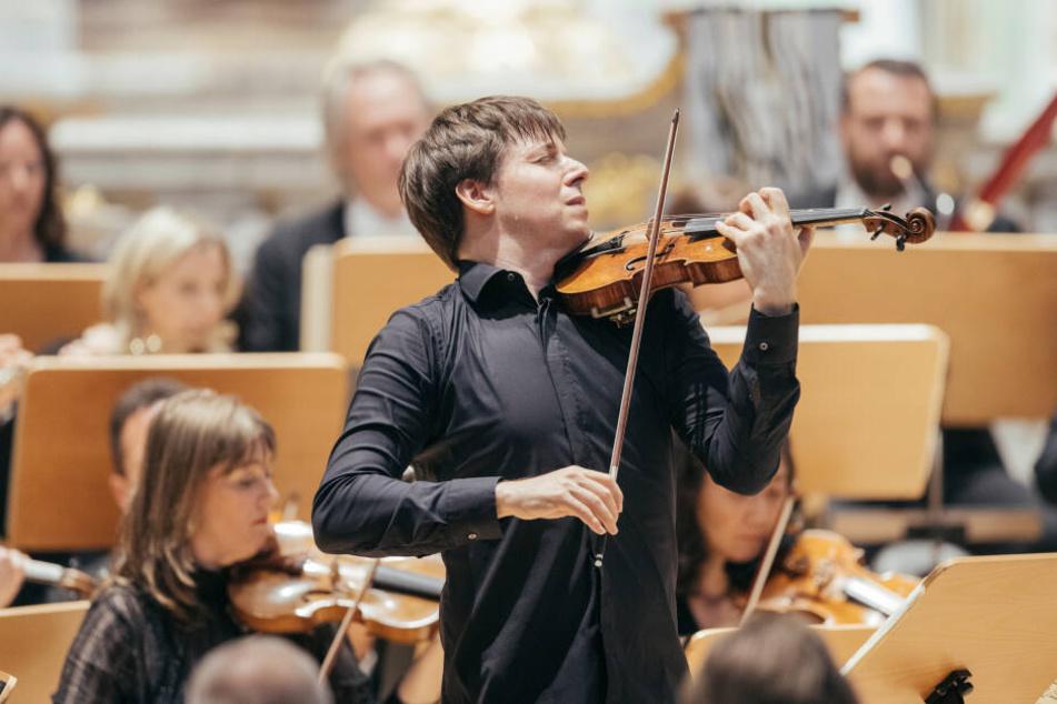 Der US-Amerikaner beim Geige spielen.