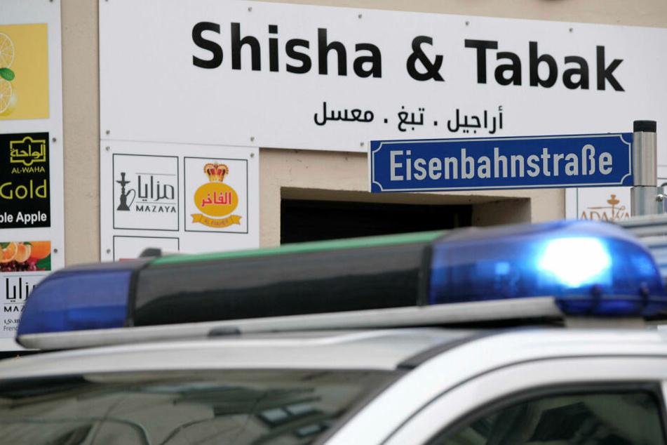 Eisenbahnstraße: Halbnackter tritt vor Polizeistation gegen Streifenwagen
