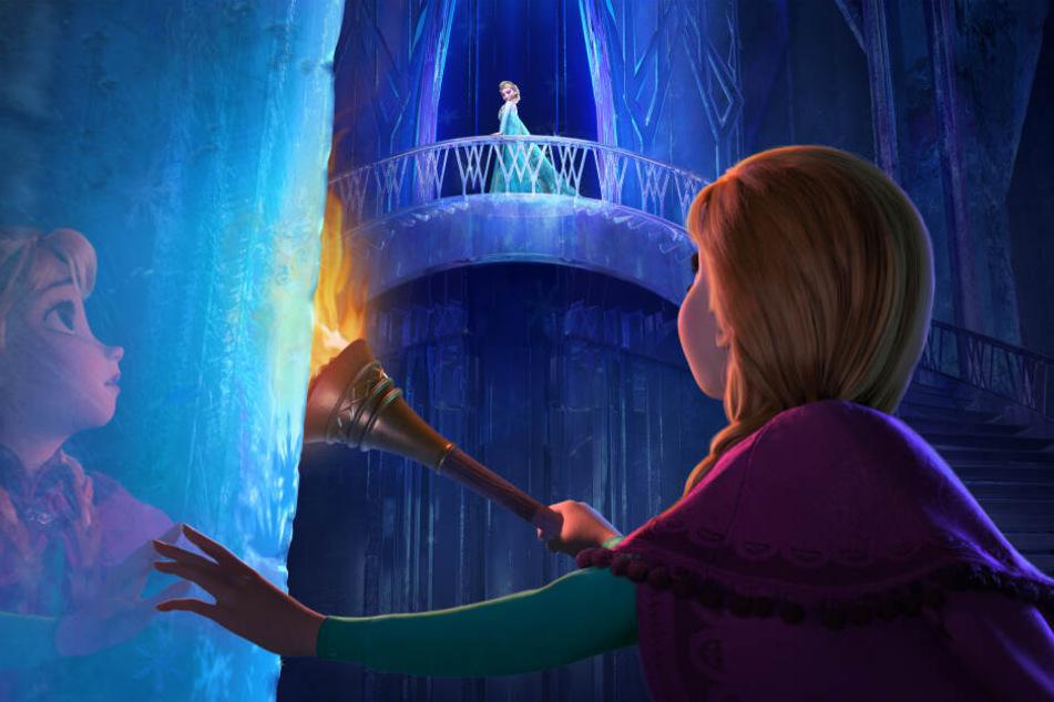 """Königstochter Anna (vorn) und Schneekönigin Elsa in einer Szene des Kinofilms """"Die Eiskönigin - Völlig unverfroren"""" Teil 1."""